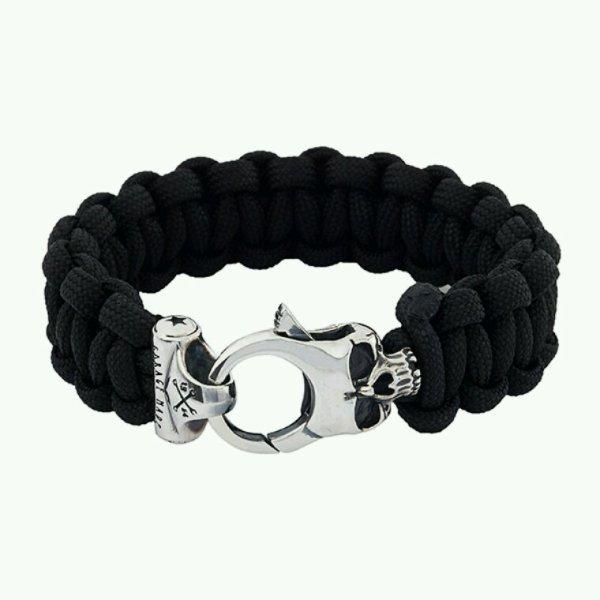 Divers objets et beaux bracelets.