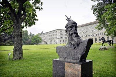 heros nation people albanais .le statu avec son visagee figurre dans  un parc dans la ville de geneve !!