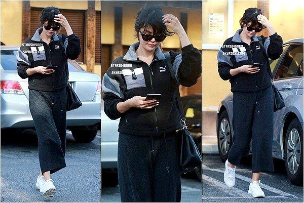 Selena retrouvant des amis à Van Nuys , le 05 janvier 2020