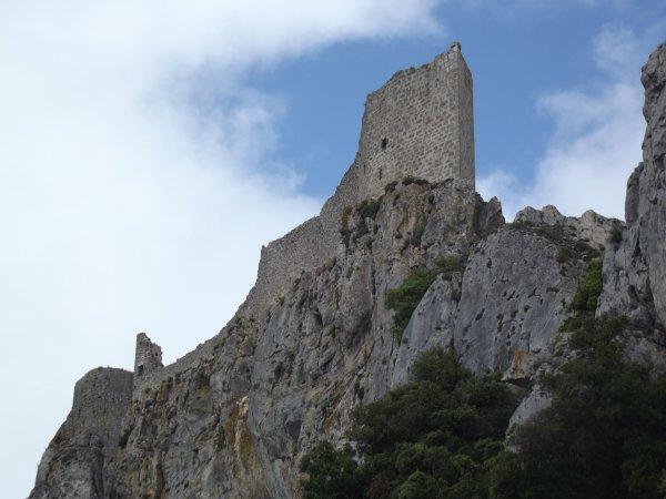 celui ci c'est un chateau cathare le chateau de péryperthus!!! lui il est invisible si on ne le connait pas il a été creusé a même la roche!!! imprenable aussi lol!