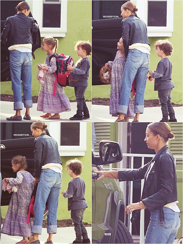 *  ● SPOTTED : Picking up her kids from school ● *  Vendredi 10 Janvier 2014: Nicole a été aperçue allant récupérer ses enfants à l'école.*