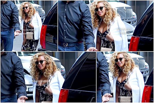 ► 28 Juillet 2015 - In the street | New-York Sur ce candid, Bee porte une jolie robe fleurie qui la met en valeur. On la retrouve avec les cheveux bouclés, portant des lunettes Dior.