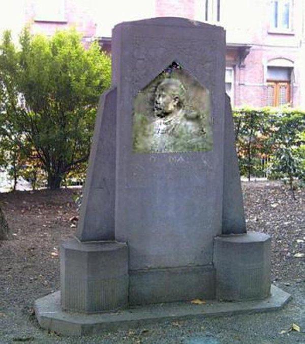 PARC de LA LOUVIERE - stèle Léopold DUPUIS -