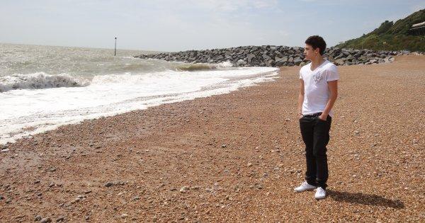 Il m'est égal de lire que les sables des plages sont chauds, je veux que mes pieds nus le sentent. [André Gide]