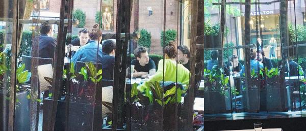 03.10 | Harry Styles était avec des amis dans une restaurant à Toronto.