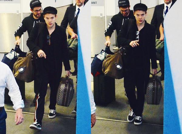 25.11 | Harry Styles a été photographié alors qu'il arrivait à l'aéroport de Sydney - AUSTRALIE.