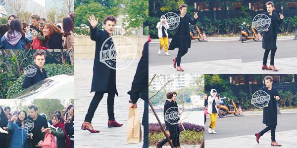 19.11 | Harry Styles a été photographié alors qu'il arrivait à peine à Shanghai - CH.