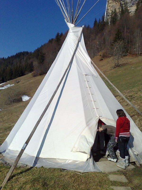 océane dans la tente d'indien (ski)