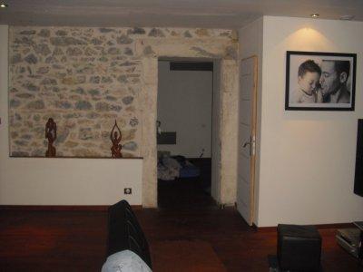 Mur en pierre avec encadrement d 39 une des chambre tout en for Mur en pierre apparente interieur