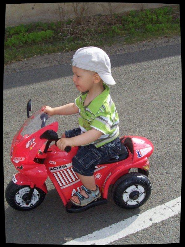 Premiers tours de roues de Lenny à 2 ans.