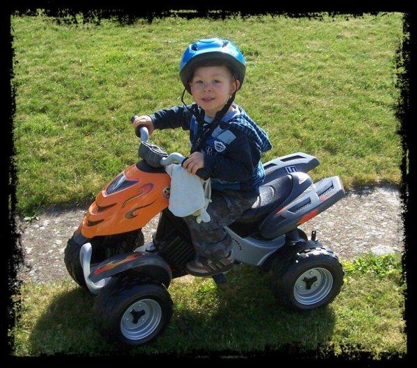 Lenny sur quatre roues à 3 ans.