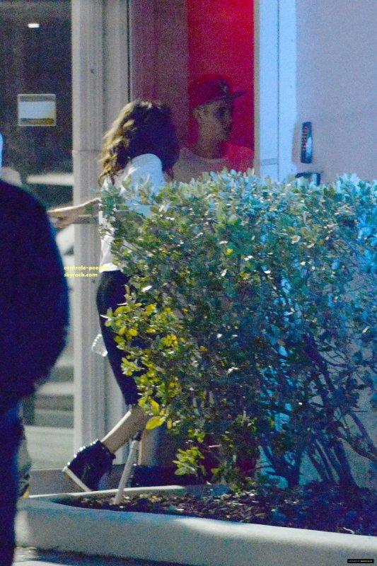 CANDIDSLe 09/Avril/2014 Justin Bieber,Selena G et Birdman on été aperçus devant un restaurant de LA!!!