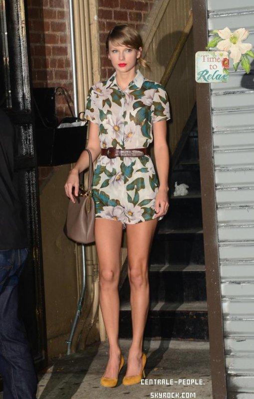 Taylor Swift estivale en combinaison fleurie a new york