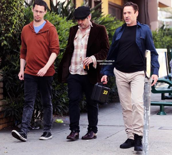 | Candids | Robert déjeune avec des amis dans West Hollywood.