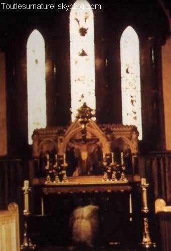 Femme agenouillée à sainte Marys de Woodfort Session 1 : Apparition Photographique Lieu : Woodfort, Angleterre Année :  1966 Type : Amateur