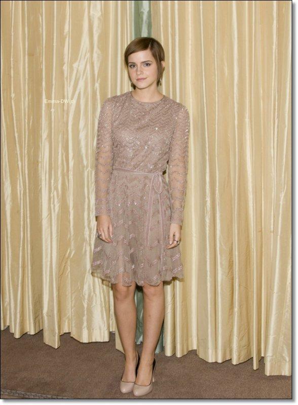 08/07/2011:Emma tient une conférence de presse toujours a Londres.Un top Pour sa tenue !Et toi ?Top: ),bof :| ou flop :(