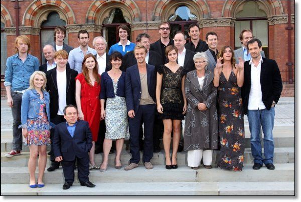 06/07/2011:Emma étais à Londres pour le photo-call de Harry Potter 7 Partie 2.Je n'aime ni sa tenue ni ses chaussures.Et vous ?(par contre j'adore la tenue de Bonnie Wright (Ginny dans HP))