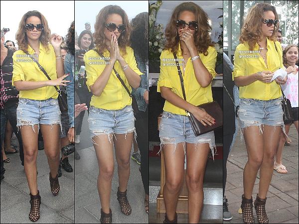 .  *22 septembre* '-'  Rih a été aperçue à Rio de Janeiro visitant un monument de la ville !. + Notre magnifique Rihanna Fenty a été photographiée sur le balcon de son hôtel à Rio de Janeiro ..  clique ici ! Top ou Flop ?.