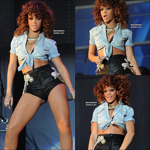 . 20 & 21 août ▬ Rihanna était présente deux soirs de suite au « V Festival » au Royaume-Uni. La belle a chanté devant plus de 80.000 personnes. Elle est aussi allée rejoindre Eminem sur scène pour interpréter « LTWYL »..