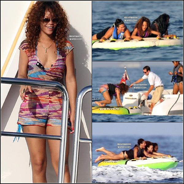 . 23 août ▬ Toujours en vacances en France, la belle se détend en maillot de bain sur un yacht. !  Notre chateuse préferée a également été vue faisant des jeux aquatiques toujours au même endroit, à Saint-Tropez (France)..