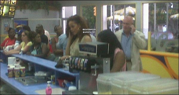 """. 30 juillet ▬ Notre Rihanna a été vue sur son pays d'origine, la Barbade, dans un fast-food ! Et oui, la belle est en Barbade, pour continuer sa tournée le """" Loud Tour """" et, selon une rumeur, tourner son clip """" Cheers """" ..."""
