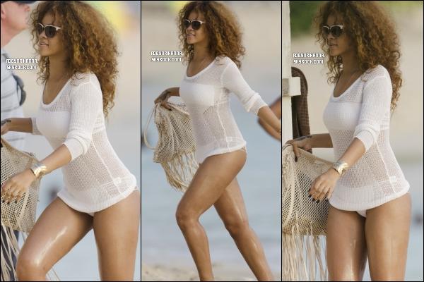 . 04 août ▬ Rihanna, avec son corps de rêve, a été aperçue à la plage en Barbade ! La belle était accompagnée de ses amis et de sa famille .. Elle avait l'air de bien s'amusée ! Aimes-tu son maillot ?.
