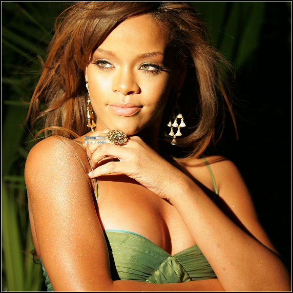 """* RIHANNA VOUDRAIT  DES ENFANTS .. ADOPTÉS POUR L'INSTANT ! * Malgré son tempérament plutôt fêtarde Rihanna pense à son avenir et se sentirait donc prête à adopter un enfant... Rihanna ne le cache pas, elle a très peur de l'accouchement, bien qu'elle aimerait être mère un jour ! D'après ce que rapporte Showbiz Spy, la star de 23 ans souhaiterait donner un foyer à un orphelin d'Haïti. Elle aurait même commencé à prendre contact avec des avocats à ce sujet. """" Rihanna ne se voit pas avoir un enfant biologique aussitôt car elle n'a pas d'homme dans sa vie. En plus, depuis Chris Brown, elle est très méfiante avec les hommes... Elle a besoin de s'occuper moins de sa vie et plus de celle de quelqu'un d'autre """", a raconté une source. Mieux : elle aurait même déjà choisi le parrain et la marraine, son mentor Jay-Z et Beyoncé (elle-même enceinte), qui la soutiendraient beaucoup dans son entreprise. Rien n'est confirmé pour le moment mais Rihanna aurait demandé à ses avocats d'entreprendre les premières démarches. Pensez-vous que notre belle Rihanna ferait une bonne mère ? Dit-moi tout ! ___*_Texte de FentyRihanna & de FentyFR et modifié par mes soins !*"""