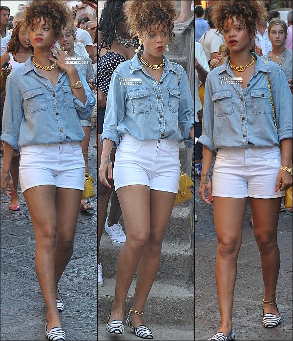 . 28 août ▬   Rihanna a été vue se baladant dans de la ville et faisant du shopping à Capri en Italie .. Notre belle Rihanna semble profiter au maximum de ses vacances en Europe toujours au côté de ses amies. T'aimes sa tenue ?.