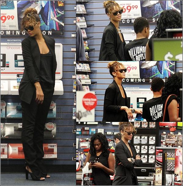 .  03 septembre ▬  Rihanna et son frère Rajad ont été vue faisant du shopping à Los Angeles. Dans la même journée, ils ont été aperçues dans un magazin de jeux vidéos à Beverly Hills. Ne sont-ils pas trop mignons ? :)..