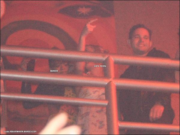 .  *22 septembre* '-'  Rihanna a été vue se rendant dans un club a Rio de Janeiro.  Tu aimes sa tenue ? '+ Une photo de notre Rihanna au coté de Katy Perry dans le club ! Voir plus de photos ?.