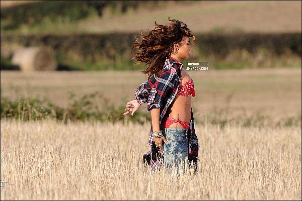 """.  *On The Set* '-'  Rihanna sur le tournage de « We Found Love », au Royaume-Uni !  Des scènes auraient été tournés à Bangor, en Irlande du Nord. Que pensez-vous de cette ambiance """"champêtre"""" ? Hâte ?."""