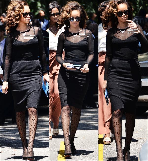 """. 08/10 - Rihanna est rentrée pour un jour à la Barbade pour assister à un enterrement. Profitant du jour de """" repos """" dans sa tournée, elle a assister à l'enterrement d'un membre de la famille de Leandra Goodridge ..   ."""