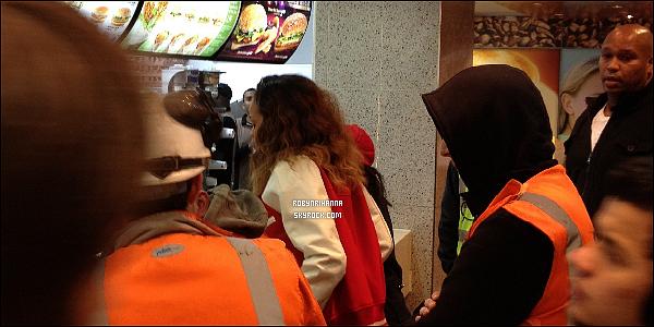 . • 20/12 - Rihanna a été vue dans un McDonald's après son show à l'O2 de Londres. .
