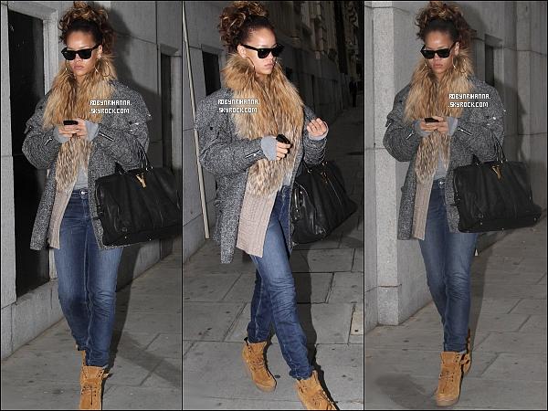 . 13/10 - Rihanna a été vue quittant son hôtel à Londres pour donner son concert. .