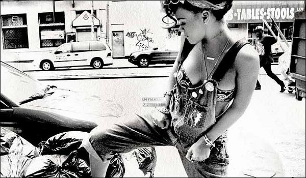 .  Rihanna est très fâchée avec Eva Hoeke, rédactrice en chef du magazine néerlandais « Jackie » ..  Apparemment, elle a trouvé approprié de qualifier la chanteuse de « niggabitch ». Voici ce que Riri a dit sur Twitter : clique !  .