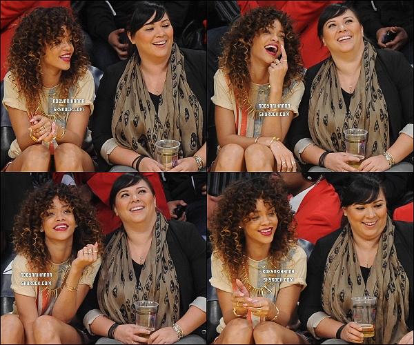 * 08/01/2012 :* Notre sublime Rihanna a été aperçue assistant à un match de basket à Los Angeles.  *