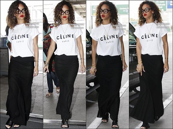 * 14/01/2012 :*  Rihanna a été photographiée à l'aéroport de Los Angeles. Top ou Flop sa tenue ?  *