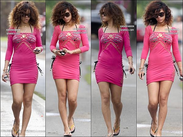 """* 16/01/2012 :*  La magnifique Rihanna, toujours à Hawaï, a été aperçue se promenant en solitaire.  + Découvrez deux toute nouvelles photos promotionnelles de Rihanna pour la marque """" Emporio Armani """" ! Clique pour les voir. *"""
