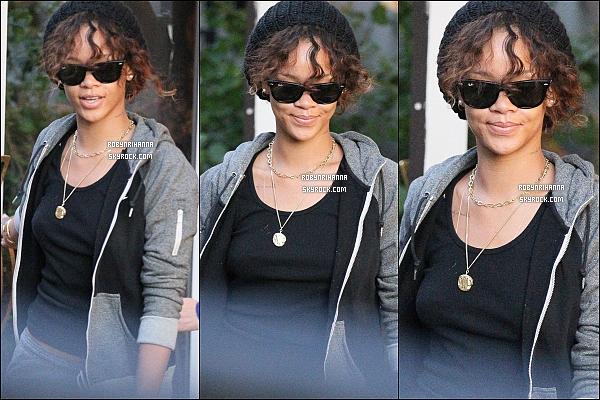 """* 27/01/2012':' Rihanna a """"été photographiée'en""""quittant une boutique """"« Louboutin » à Los """"Angeles.  Le soir même, elle a assisté à la première du Cirque du Soleil « Michael Jackson Immortel »  au Staples Center toujours à Los Angeles. *"""