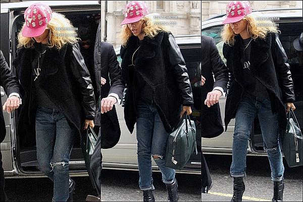 * 17/02/2012':' Rihanna a été photographiée arrivant à son hôtel à Londres. Top ou Flop ?   *