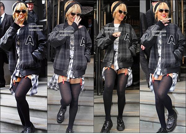 """* 20/02/2012':' Rih a été vue quittant son hôtel à Londres où des fans lui ont chanté """"Happy Birthday"""".  Un peu plus tard, la belle a été photographiée dans le métro, toujours à Londres.. Tu aimes son look ? Moi personnellement, J'adore ! *"""