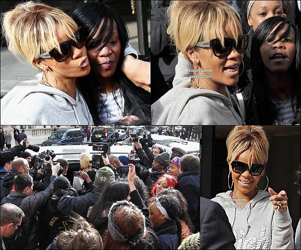 * 21/02/2012':' Rihanna a été photographiée à la sortie de son hôtel londonnien. Top ou Flop  ?   *