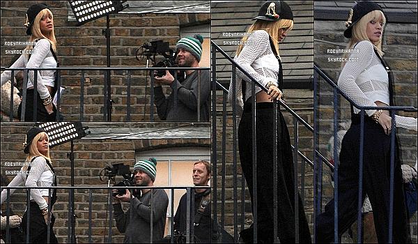 """* 24/02/2012':' La belle Rihanna, très souriante, a été photographiée à la sortie de son hôtel à Londres. Elle s'est rendue dans un quartier de Londres pour y tourner une vidéo. """"Edit"""" : Elle a dit sur son Twitter qu'il s'agit d'un show télévisé !  *"""