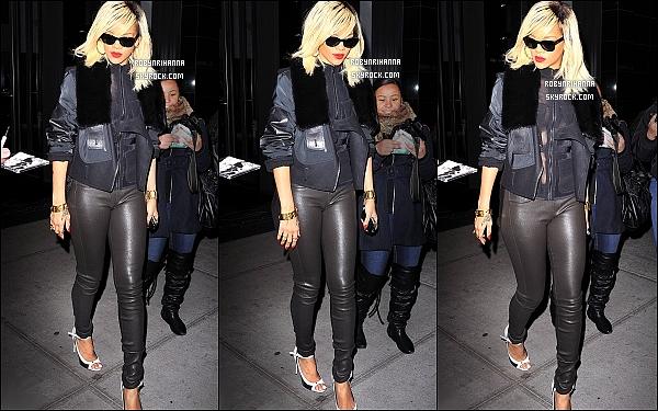 * 16/03/2012':' Rihanna, tout de noir vêtue, a été photographiée quittant son hôtel à New York.  *