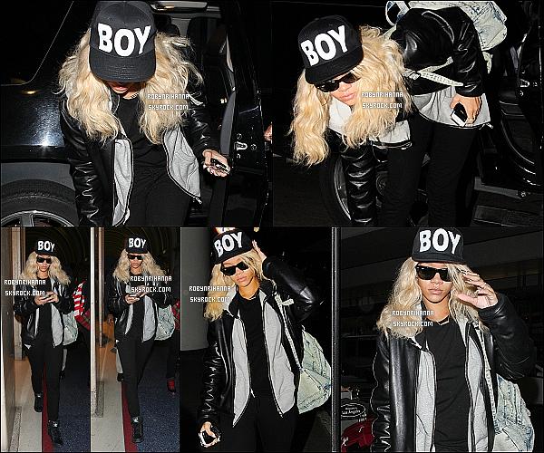 * 26/03/2012':' Rihanna était à l'aéroport « LAX », quittant les États-Unis pour aller à Londres.  *