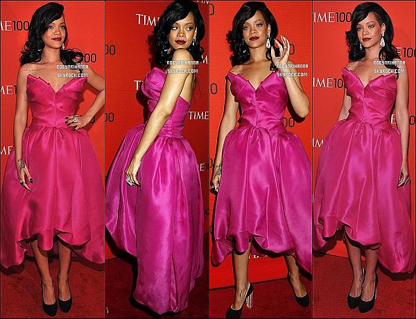 * 24 avril 2012':' Notre Rihanna était présente au gala du « Time 100 » au Lincoln Center à New York. La belle était en compagnie de sa mère, Monica et de son grand-père, Lionel. Deux vidéos de ses  deux performances  sont disponible ..  *