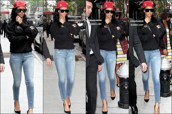 """* 02 mai 2012':' Rihanna a été vue se rendant aux répétitions pour sa performance au """"SNL"""" à New York.  *"""