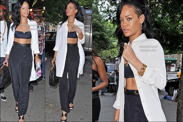 * 13 mai 2012'':'' Rihanna a été vue dans le rues de New York. Elle semble heureusement allé mieux ! En soirée, la belle a été photographiée  par les paparazzis en se rendant à son hôtel de New York après avoir célébré la fête des mères. *