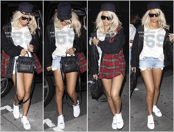 """. 25.05.12.:.Rihanna, en blonde, a été dîner avec la chanteuse Taylor Swift dans un restaurant à Los Angeles.Peut-être un prochain duo Rihanna / Taylor ?"""" Après, la belle a été faire la fête au club  """"My Studio"""" toujours à Los Angeles.  ."""