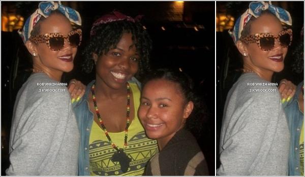 """. 06.06.12"""" : """"Rihanna a été aperçue dans un parc d'attraction à Los Angeles, avec sa meilleure amie Melissa.Deux jours après, la belle est allée à New York pour passer un peu de temps avec sa famille, dont sa grand-mère qui est gravement malade. Seulement une seule photo de Riri, dans les rues de la ville avec deux fans très chanceuses, est disponible ! ."""